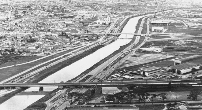 Marginal do Rio Pinheiros, em 1973, já começava a se tornar poluída