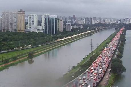 Marginais Tietê e Pinheiros têm trânsito pesado