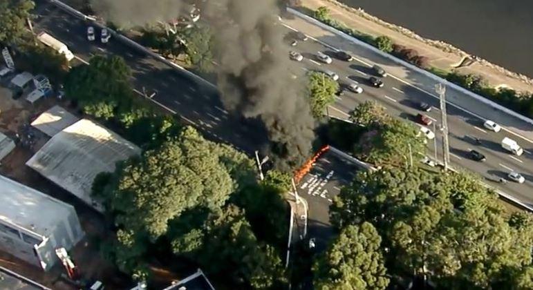 Manifestantes ateiam fogo em pista local e provocam trânsito na Marginal Tietê