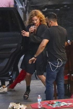 As gravações de Babylon aconteceram até tarde da noite. Margot Robbie foi fotografada com um copo grande de café gelado nos bastidores