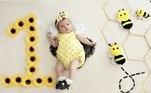 Fantasiada de abelha, Maria Alice posou junto com a decoração temática para foto do 1º mesversário