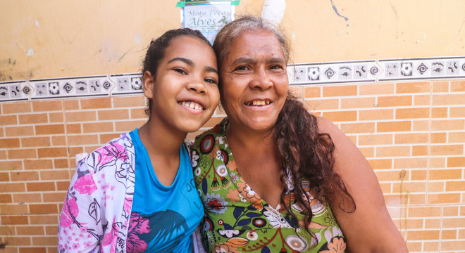 A doméstica Maria Amélia com a filha, Raquel, que estuda em escola da Nova Canaã