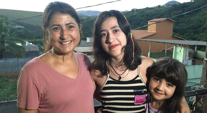 Maria Augusta mora com as filhas; com medo, a caçula não quer voltar para casa