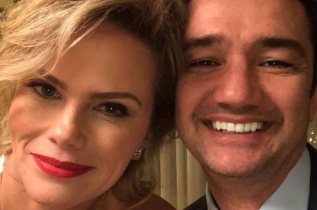 """Primeira foto do casal após o """"sim"""" da apresentadora"""