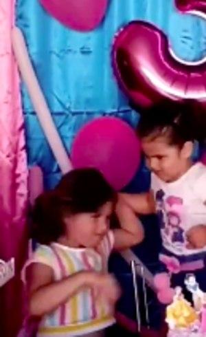 Maria Eduarda puxa os cabelos da irmã