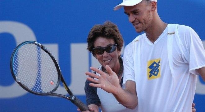 Gustavo Kuerten, dono de três Grand Slams, recebia conselhos de Maria Esther