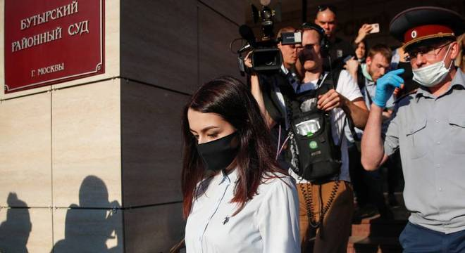 Uma das irmãs, Maria Khachaturyan, deixa tribunal em Moscou