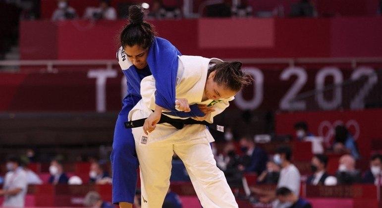 Maria Portela (de branco) derruba Nigara Shaeen, da Equipe Olímpica de Refugiados