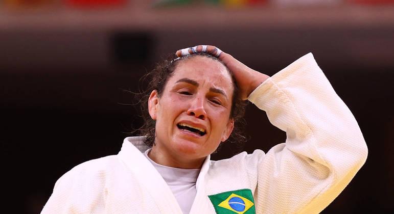 Maria Portela chora após ser eliminada por receber a terceira punição dos juízes