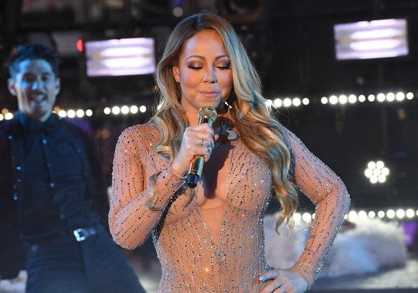Mariah CareyDona de uma das maiores vozes da música atual, Mariah Carey também já sofreu críticas por apresentações que não saíram como planejado. Na virada do ano de 2016 para 2017, Mariah foi a grande atração da famosa festa na Times Square, em Nova York. Com problemas técnicos, ela se perdeu na apresentação, sem conseguir ouvir a música e acompanhar o ritmo. Tentando mostrar jogo de cintura, Mariah brincou ao dizer que iria deixar o público cantar. Mariah explicou que não tinha sido realizada uma passagem de som. Além da falta de retorno, a música continuou tocando mesmo quando Mariah não estava cantando. Ela apenas ironizou: