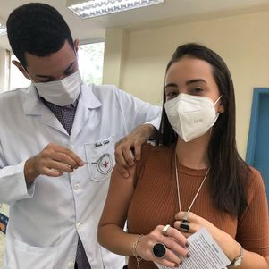 Filha do ator foi vacinada nesta sexta