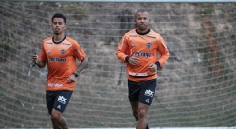 Mariano, à direita ao lado de Tchê Tchê, diz que o elenco está pronto para a a maratona de decisões do Galo em agosto