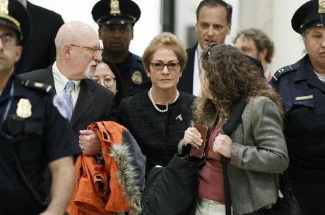 Marie Yovanovich (centro) chega ao Congresso para depor