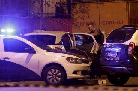 Suspeitos miraram o banco de trás do veículo