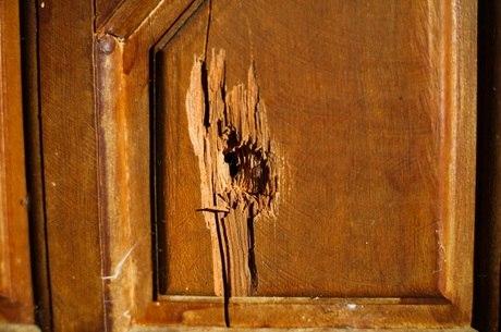 Marca de tiro em uma janela da casa