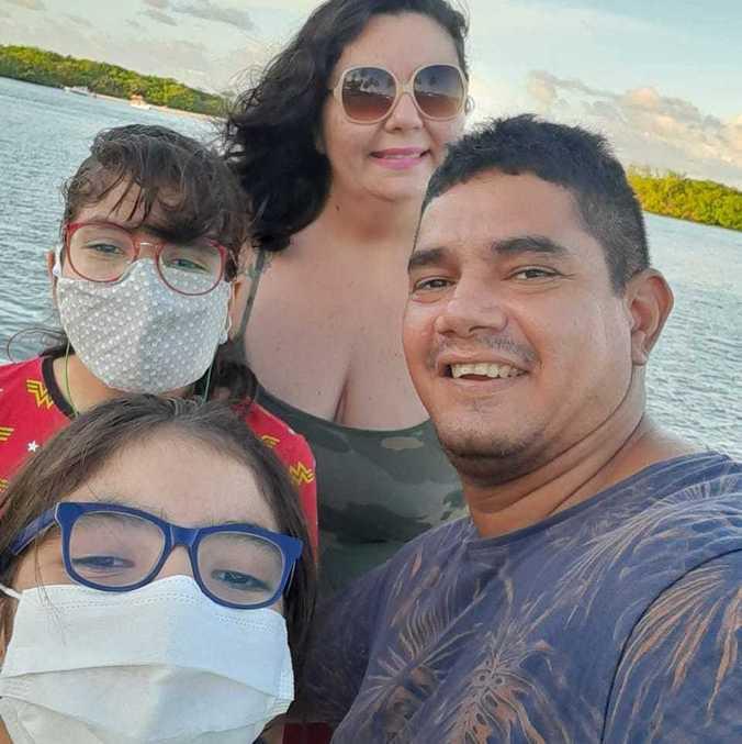 Marília e Manoel Gustavo com as filhas, Lua e Mel