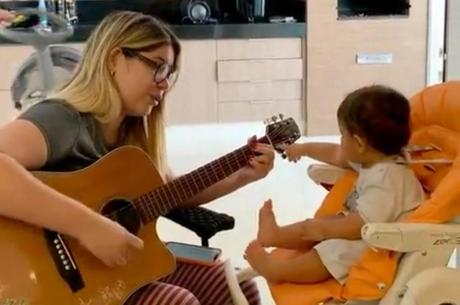 Marília Mendonça canta para celebrar 11 meses do filho