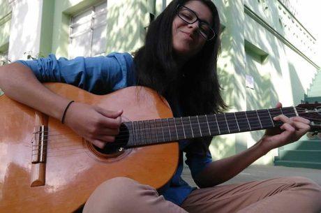 Segundo a mãe, Marina adorava tocar violão (Arquivo Pessoal)