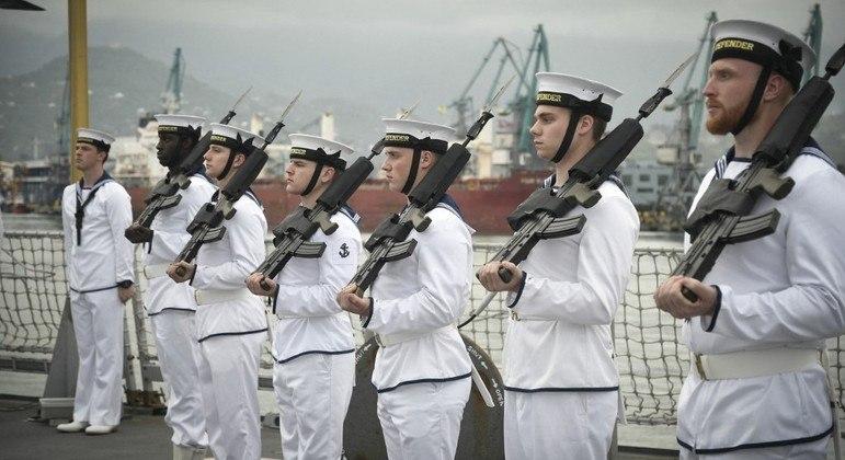 Papéis sigilosos da Marinha britânica foram encontrados em um ponto de ônibus na Inglaterra