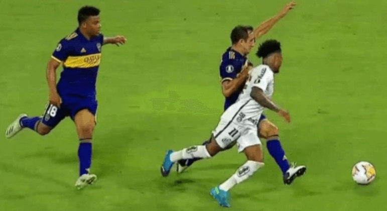 Pelas imagens, dá para ver que Marinho foi tocado por defensor do Boca