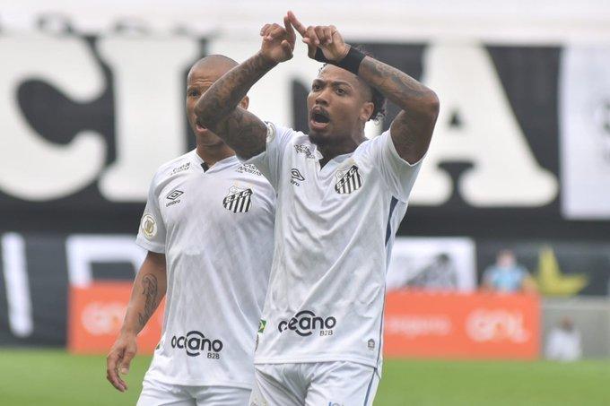 Marinho reclama do VAR. Dois gols anulados, corretamente. Mas por centímetros