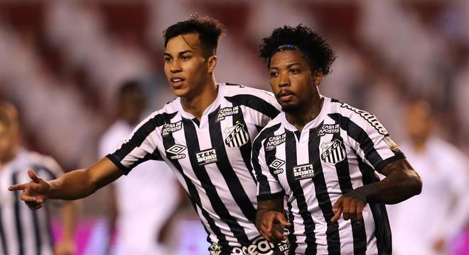 Marinho comemora gol que deu a vitória ao Santos sobre a LDU