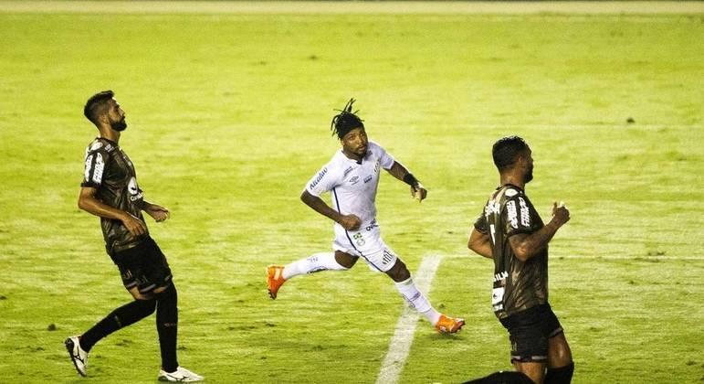 Marinho comemora gol na vitória do Santos sobre o Coritiba