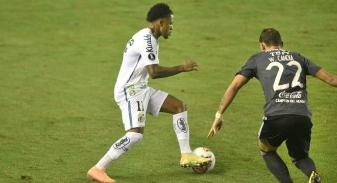 Marinho tentou criar, mas foi muito caçado em jogo da Libertadores