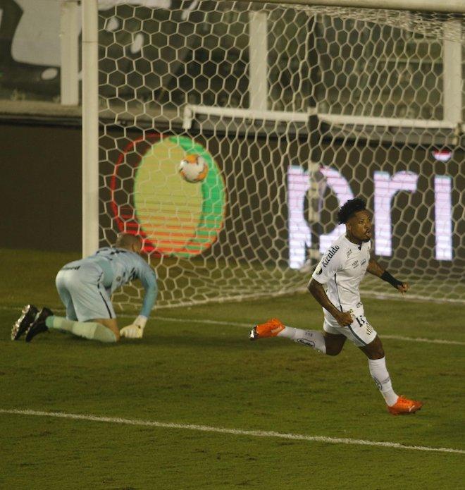 Marinho, melhor jogador do Brasil, deixou sua marca. Jogou bem e fez o seu gol