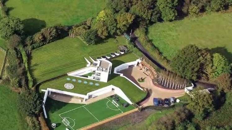 Mario Balotelli comprou esta casa toda coberta por gramados no condado de Chechire, na Inglaterra, por 4,7 milhões de euros (R$ 31 milhões)