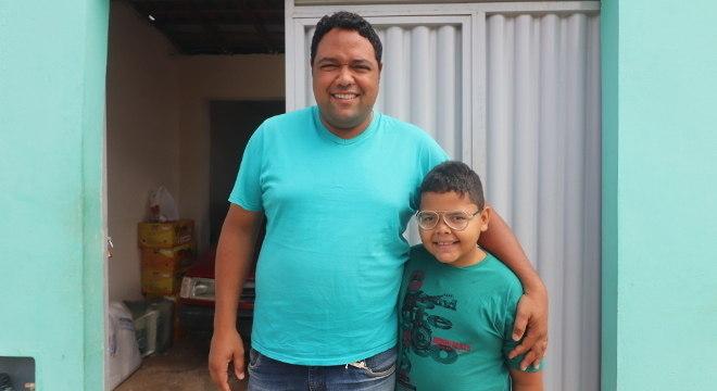 Mário Cláudio e o filho, Mário Eduardo, de 8 anos, que recebem ajuda assistencial