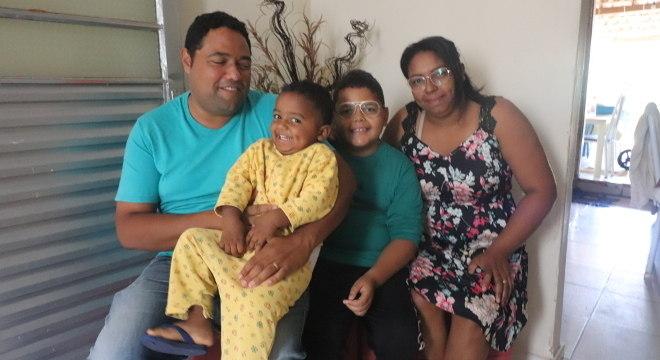 Mário Cláudio e sua família, felizes com a casa própria
