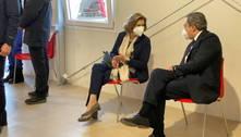Premiê da Itália é vacinado contra covid-19 em Roma