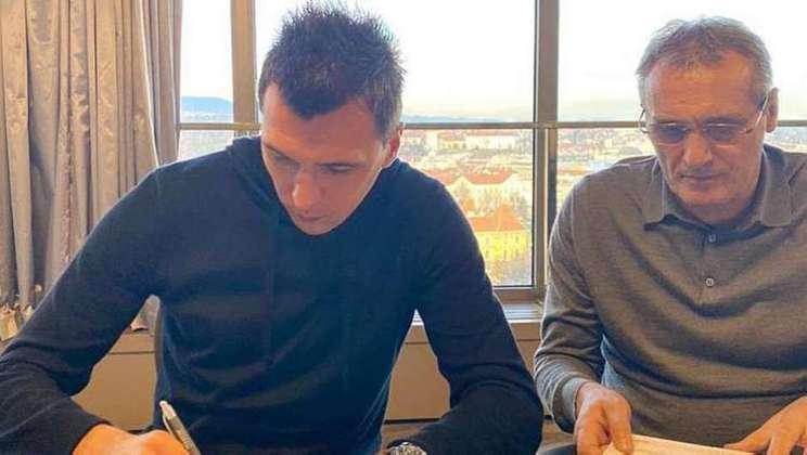 MARIO MANDZUKIC - Após deixar o futebol do Catar, o artilheiro croata Mario Mandzukic está procurando um clube. Aos 34 anos, o gigante tem proposta da Itália. Mas seu sonho é voltar para a Juventus.