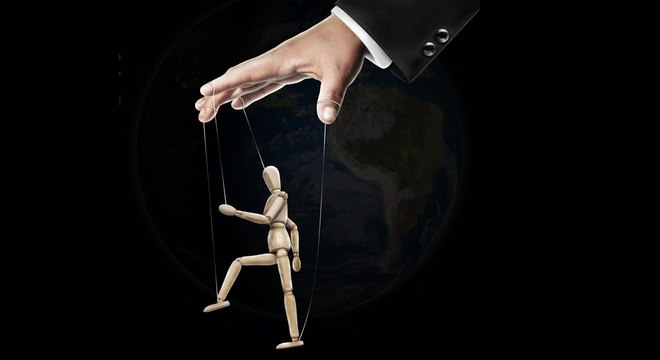Marionete na mão dos políticos