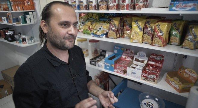 Loja do Ponto de Apoio Motorista Top, de propriedade de Marlon, vende de balas sortidas a fones de ouvido