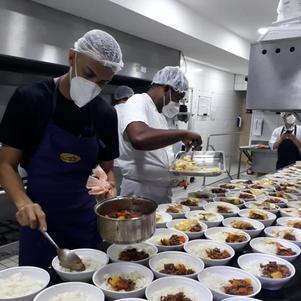 Marmitas são enviadas a instituição de caridade para combater a fome