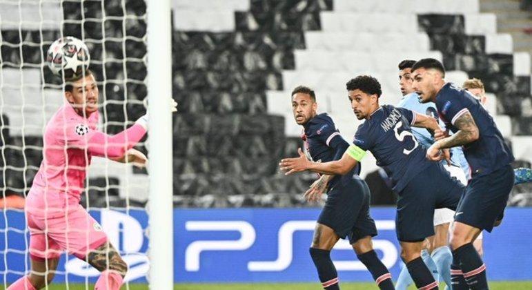 O PSG até saiu na frente, com um gol de Marquinhos, depois de cobrança de escanteio