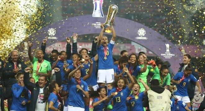 Marta levanta o troféu da Copa América Feminina, realizada no Chile