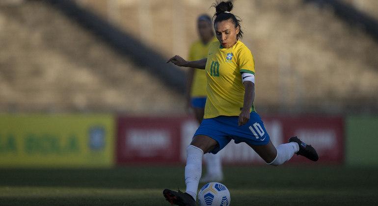 Marta fez um belíssimo gol de falta e ainda deu uma assistência na goleada do Brasil