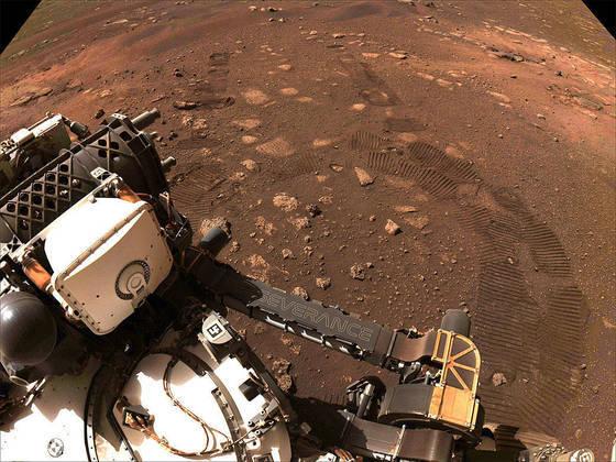 Esta foto, por sua vez, foi capturada durante a primeira viagem do Perseverance, em 4 de março. É possível ver claramente detalhes do rover, bem como seus rastros deixados em solo marciano