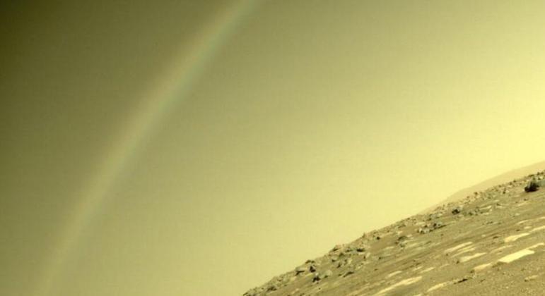 Mais recentemente, esta foto viralizou na internet e deu o que falar— internautas sugeriram que o arco luminoso visto na imagem se tratava de um arco-íris. Após a repercussão, a Nasa se pronunciou e explicou que o fenômeno era, na realidade, nada mais do que um reflexo na câmera do robô causado por raios de luz dispersos