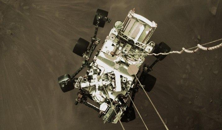 Antes mesmo do pouso, em 18 de fevereiro, no entanto, uma câmera a bordo do estágio de descida capturou esta imagem. O foguete Atlas V-541 entrou na atmosfera marciana a 19.500 km/h, reduziu gradativamente a velocidade a 2,7 km/h e, por fim, lançou o Perseverance pendurado por um cabo de nylon em direção ao solo