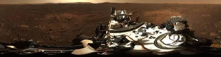 Já três dias após a chegada do rover, um par de câmeras com zoom a bordo do robô registrou sua primeira foto de Marte em 360 graus. O panorama foi construído a partir da união de 142 imagens