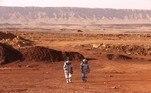 A cratera, o deserto rochoso e as cores laranja do horizonte lembram a paisagem de Marte, mas a gravidade e o frio nem tanto.