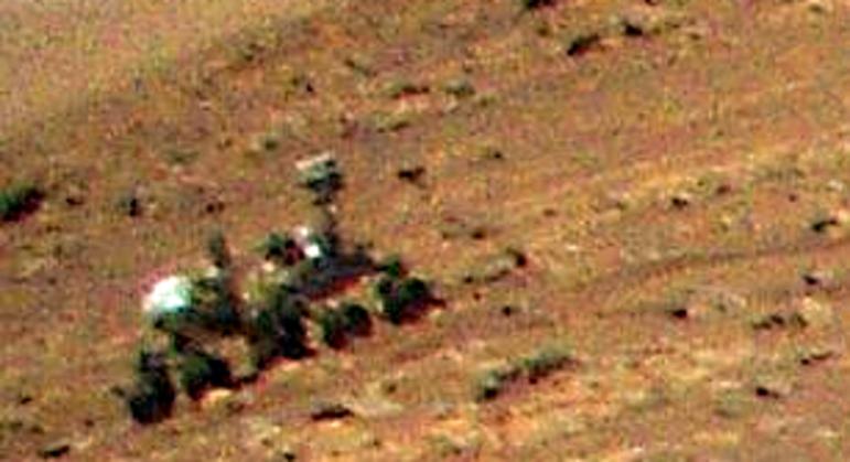 Detalhe da foto panorâmica tirada pelo Ingenuity que flagrou o robô Perseverance em Marte