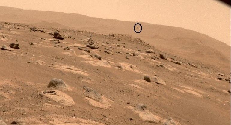 Na imagem feita pelo Perverance é possível ver o Ingenuity (no destaque) sobrevoando Marte