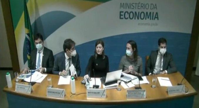 Secretária Martha Seillier (centro) dá entrevista coletiva após reunião do CPPI