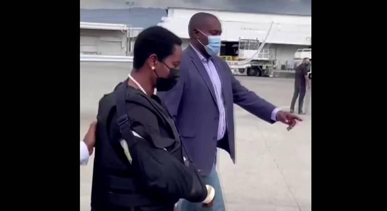 No aeroporto de Porto Príncipe, Martine Moise foi vista usando uma cinta no braço