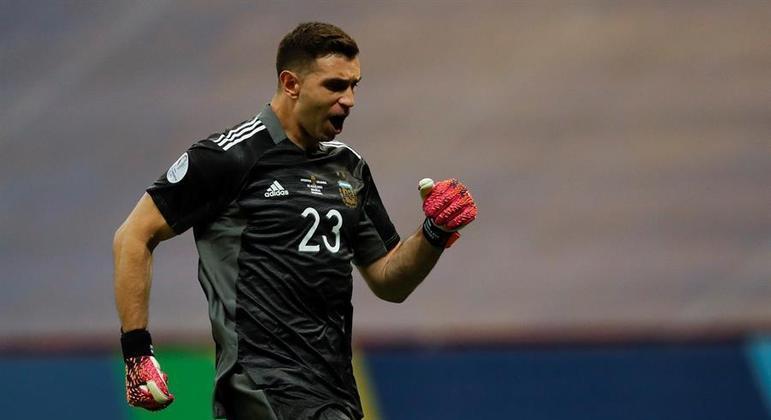 Emiliano Martínez provocou, ironizou, xingou colombianos. Defendeu três pênaltis